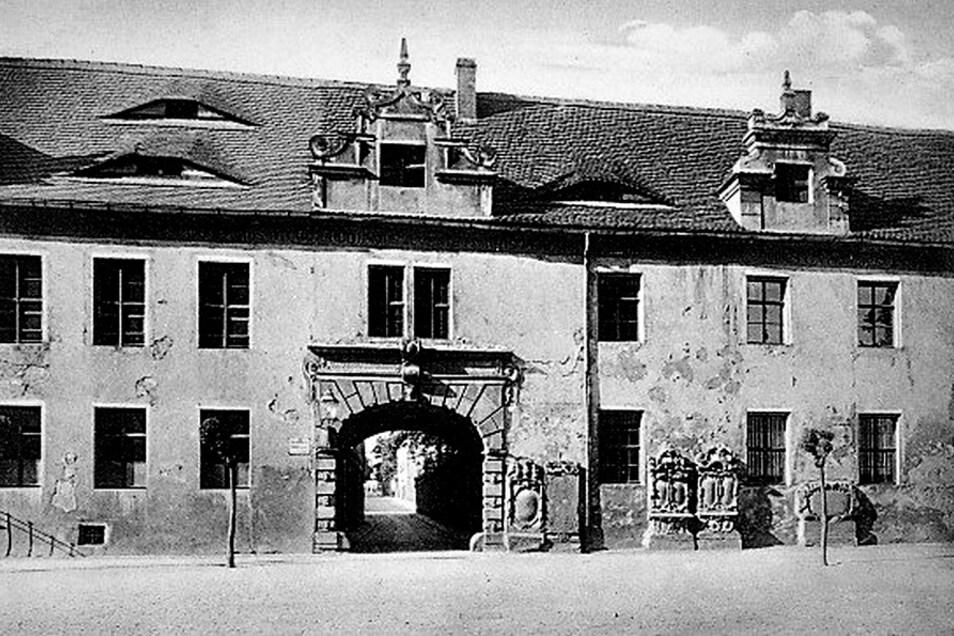 Historische Aufnahme vom Alten Gymnasium. Die Genehmigungsurkunde für den Bau fehlt bis heute. Es wird vermutet, dass sie beim Stadtbrand 1608 verlorenging.