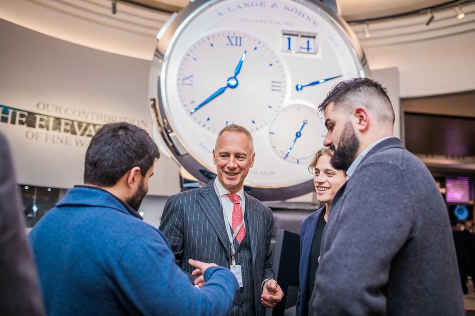 Lange-Geschäftsführer Wilhelm Schmid (Mitte) sucht immer wieder den Kontakt zu Uhrenliebhabern. Dieses Foto entstand auf dem Genfer Uhrensalon SIHH 2019.