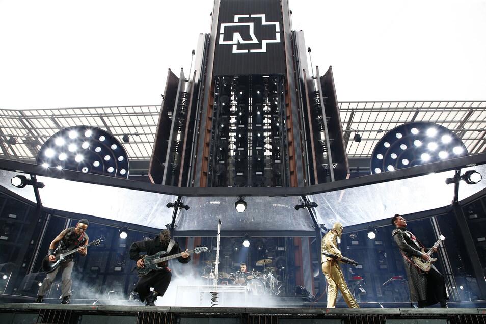 Die deutsche Hardrock-Band Rammstein am ersten von zwei ausverkauften Abenden ihrer Europa Stadion Tour 2019 im Rudolf-Harbig-Stadion Dresden.