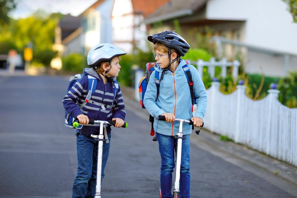 Damit Kinder sicher in der Schule ankommen, sollten Eltern mit ihnen das Verhalten im Straßenverkehr trainieren.