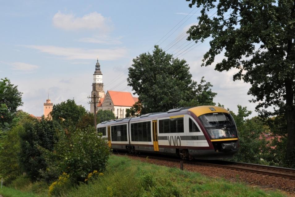 Triebwagen wie dieser werden an den Samstagen in den Sommerferien als Seenlandbahn von Dresden über Bernsdorf und Wiednitz nach Senftenberg und zurück fahren.