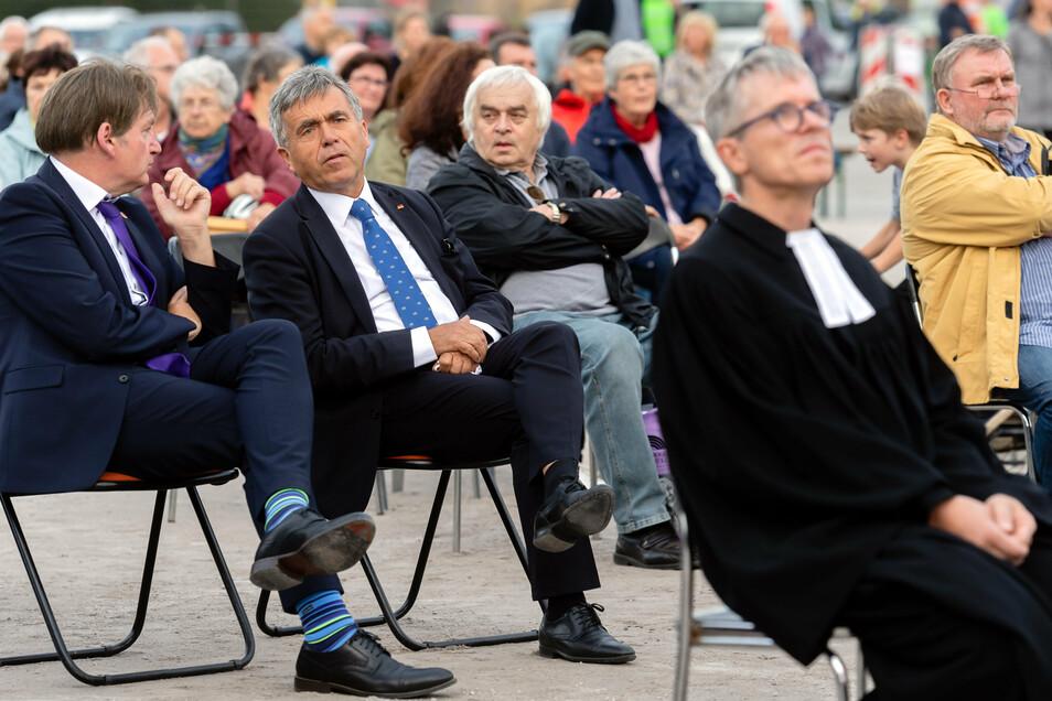 Viele Gäste, unter ihnen der Bautzener Landrat Michael Harig (CDU), 2.v.l., waren beim ökumenischen Gottesdienst zum Tag der Einheit auf Schützenplatz dabei.