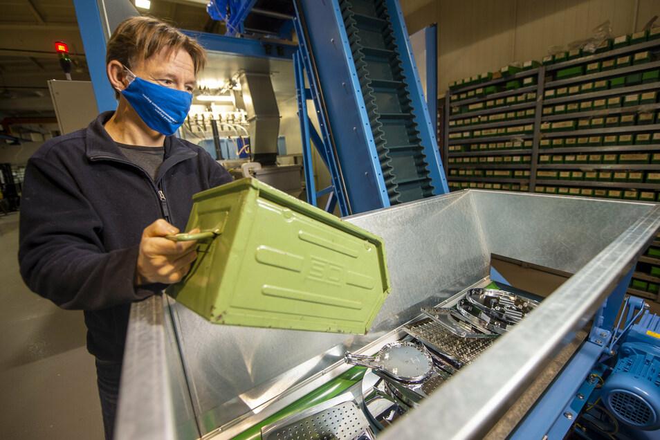 Stolz auf seine Schockwellenmaschine: Robert Jüttner, Geschäftsführer der MAB Recycling GmbH Radebeul, kann damit beispielsweise defekte Duschköpfe oder alte Akkus zurück in ihre Ausgangsstoffe zerlegen - kontaktlos und ohne Chemikalien.