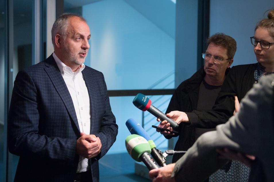 Routine nach der Wahl zum Vorsitzenden der Linksfraktion im neuen Landtag: Rico Gebhardt beantwortet Fragen der Journalisten.