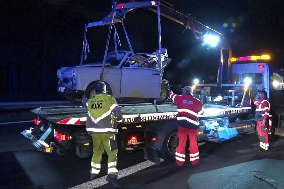 Der zerstörte Trabant wird aufgeladen.