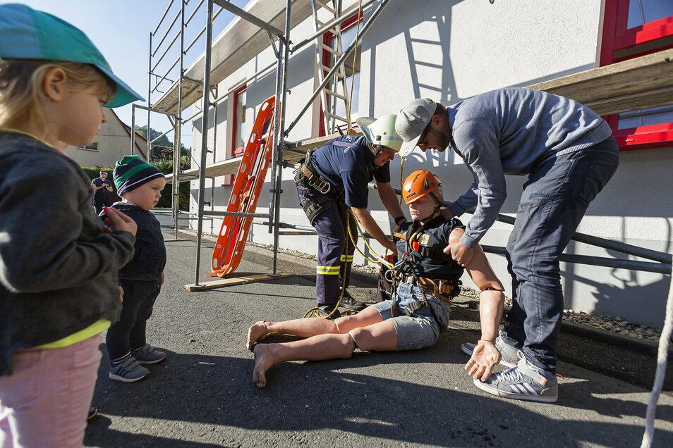 Die Glashütter Feuerwehr nutzt auch Tag der offenen Tür - hier in Schlottwitz - um ihre Arbeit, Kindern und Jugendlichen vorzustellen. Im Bild Rico Schneider und Sven Gleisberg.