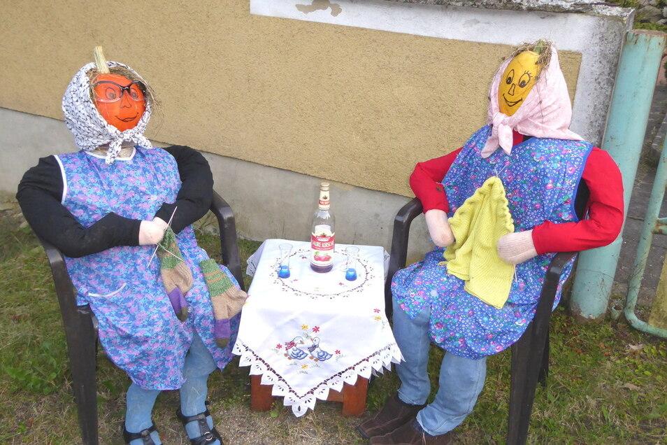 Zu zweit strickt es sich am besten: Zum Ludwigsdorfer Kürbiswiegen gestalten die Einwohner des Görlitzer Stadtteils ihr Dorf kreativ mit Kürbissen.