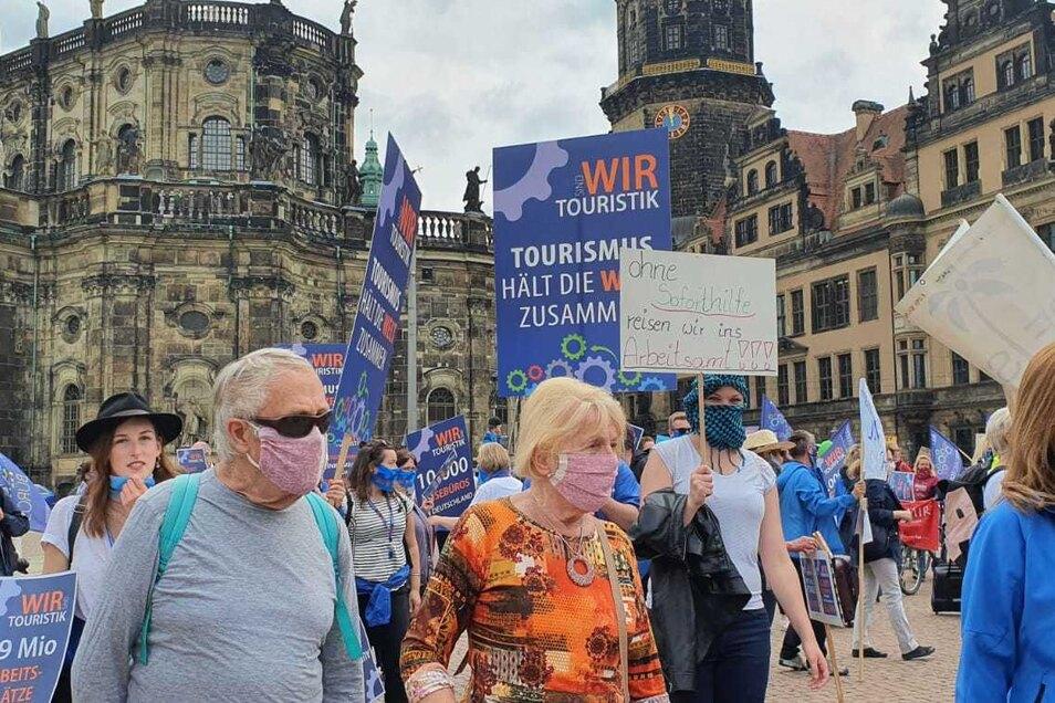 Die meisten Protestierer trugen eine Mund-Nasen-Maske.