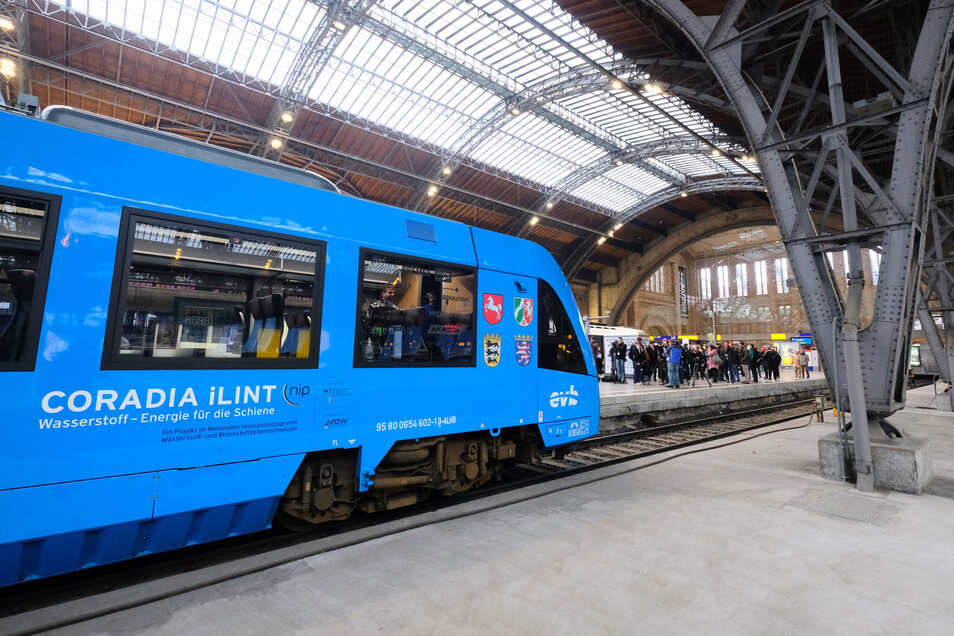 Zwischen Dresden, Radeberg und Kamenz wird derzeit der Einsatz von Wasserstoffzügen geprüft. Im Leipziger Hauptbahnhof legte ein solcher Zug bei einer Probefahrt einen Stopp ein.