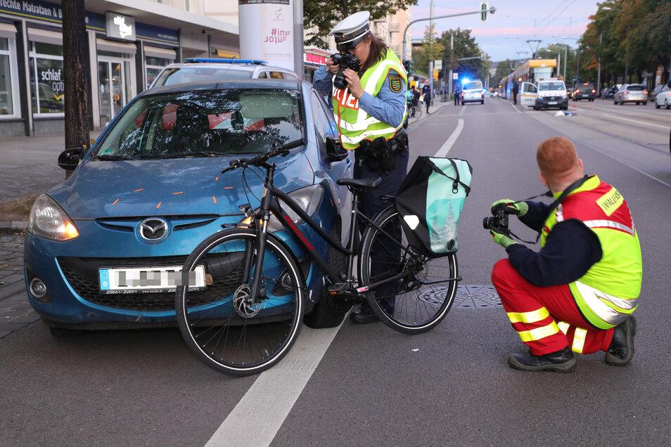 Die Radfahrerin wurde schwer verletzt. Die Dresdner Polizei ermittelt zur Unfallursache.