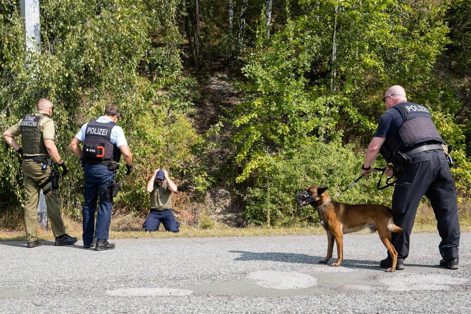 Hier war es nur eine Übung bei der Bundespolizei in Ludwigsdorf: Deutsche und polnische Grenzschützer zeigen, wie man Verdächtige dingfest macht.