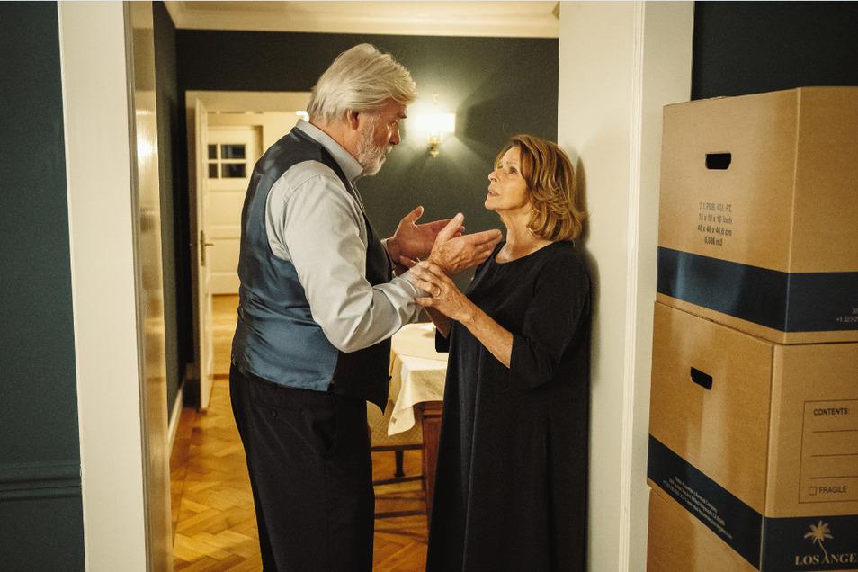 """Charlotte (Senta Berger) hat lebenslang ihren Mann Walter (Peter Simonischek) unterstützt. Jetzt wird sie endlich herausfinden, was sie für sich selbst will. Darum geht es im neuen ZDF-Film """"An seiner Seite""""."""