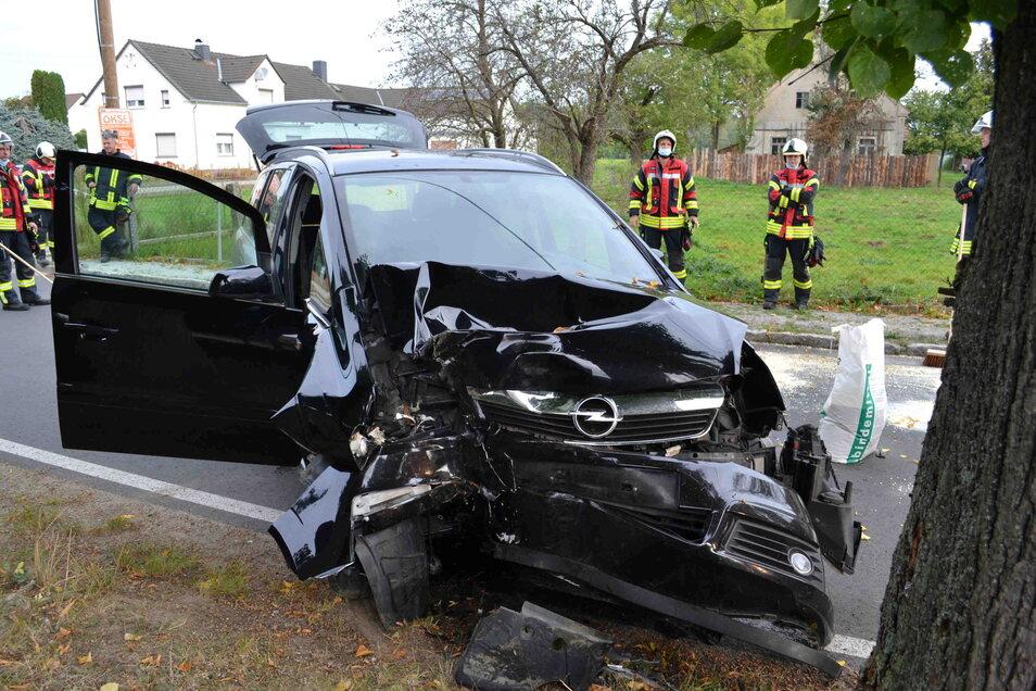 In Straßgräbchen kam ein Fahrer mit seinem Opel von der Fahrbahn ab und stieß gegen einen Baum.