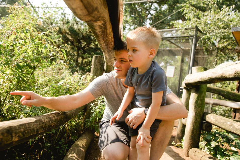 Kilian ist oft im Zoo Dresden und beobachtet mit Papa Christoph gern die Tiere, zum Beispiel in der Tundravoliere.