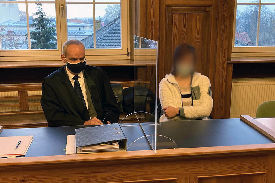 Totraserin Sarah L. mit ihrem Anwalt beim ersten Prozess vor dem Amtsgericht Zittau.