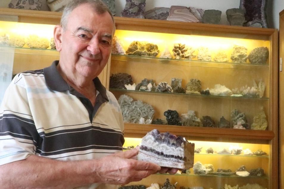 Die Lausitzer Mineralienbörse findet in diesem Jahr zum 15. Mal statt. Sie gibt Einblicke in die vielfältige Entstehungs-, Farben- und Formenwelt der Mineralien. Wilfrid Sauer zeigt hier einen Amethyst aus dem Erzgebirge.