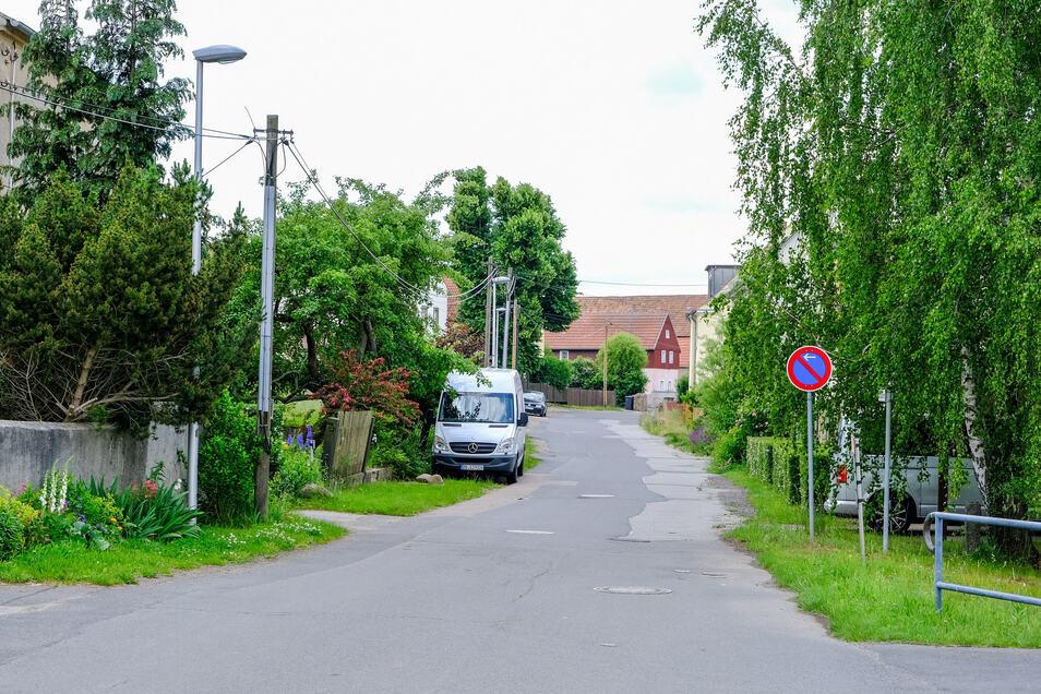Auch in der schmalen Brauhofstraße parken Autos. Fußgänger müssen auf der Straße laufen.