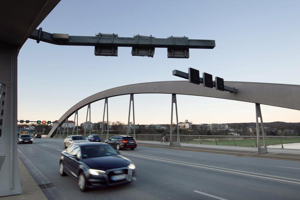 So sah der verbogene Träger der Schilderbrücke aus, der am Sonntag abgebaut wurde.
