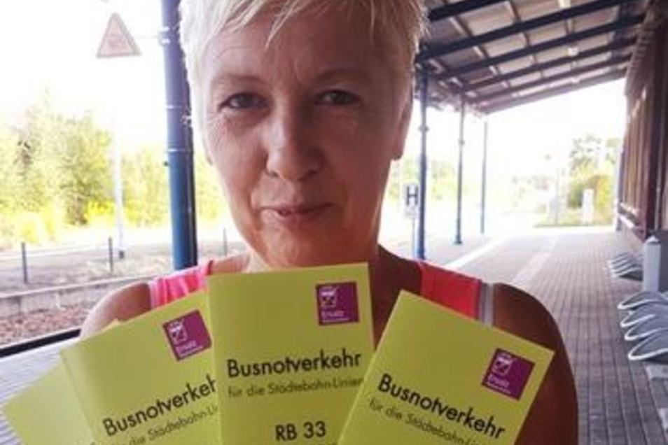 """Mittlerweile hat das Team des """"Kamenzer Büdchens"""" auf eigene Kosten und in Eigeninitiative 1000 Flyer mit den Fahrplänen des Busnotverkehrs drucken lassen. Gabriele Maschke zeigt sie stolz vor."""