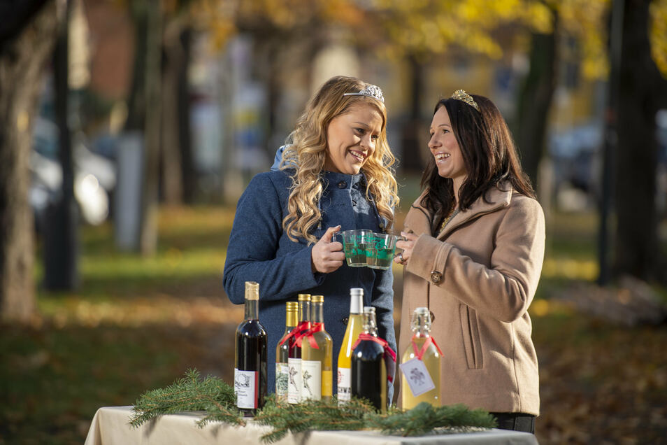 Die sächsische Weinkönigin Katja Böhme (rechts) und Weinprinzessin Jenny Zumpe haben schon mal den ersten Glühwein getestet. Ab Freitag können sich auch die Besucher beim Weihnachtsmarkt in Altkötzschenbroda durchkosten.
