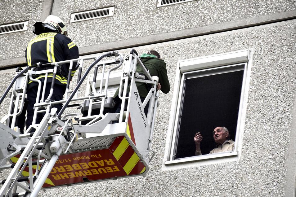 Gespräch in 18 Metern Höhe: Dirk Freitag Stechl ist mit der Drehleiter der Radeberger Feuerwehr zum Fenster seines Großvaters gefahren. Seit mehreren Wochen haben sich beide wegen des Besuchsverbots im Alten- und Pflegeheim nicht gesehen.