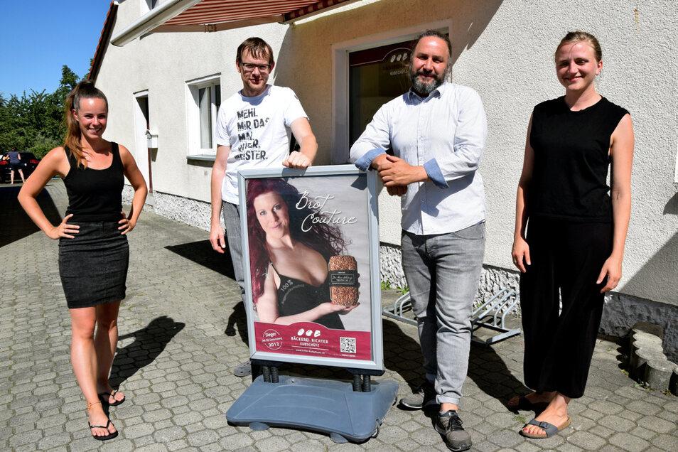 Anne Wilhelm, Reno Rössel und Juliane Wünsche von der Working Evolutions GmbH und der Bäckermeister Stefan Richter (3. v.l.) beschäftigen sich damit, wie der Arbeitsalltag für Menschen in der Oberlausitz angenehmer wird.