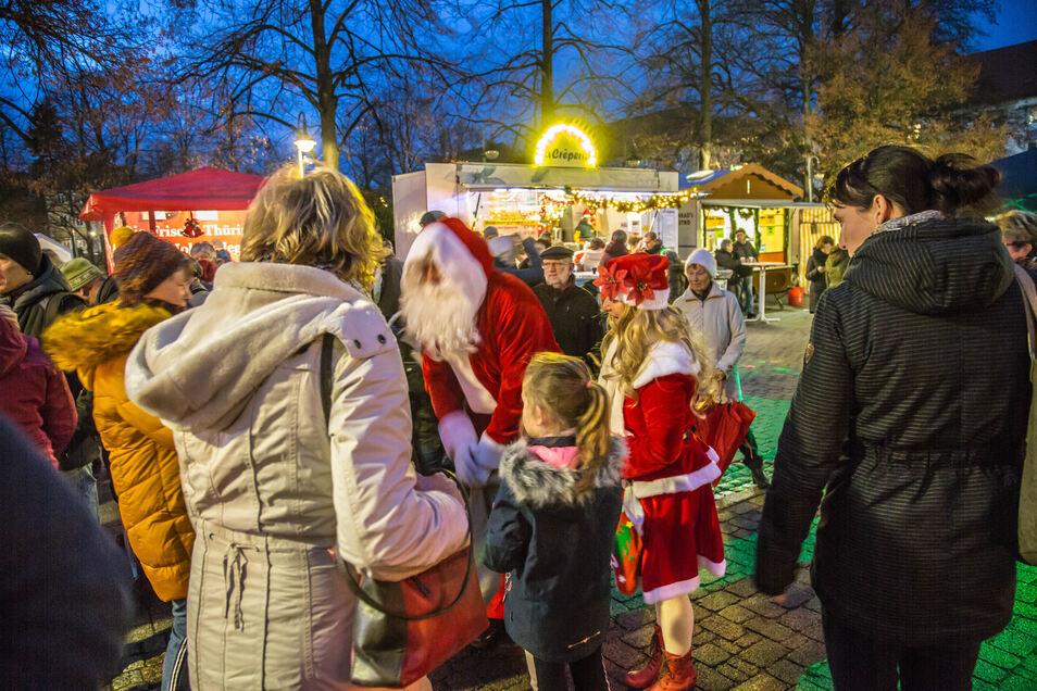 Auch der Weihnachtsmann schaute auf dem Zinzendorfplatz in Niesky vorbei.