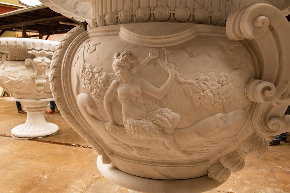 """Ein Blick auf die beiden Prunkvasen. Im Vordergrund sind Details der Vase """"Vier Erdteile"""" zu sehen."""