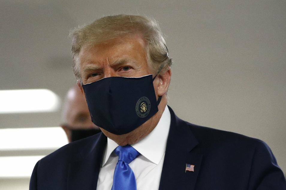 Donald Trump, Präsident der USA, trägt während eines Besuches des Walter-Reed-Militärkrankenhauses einen Mund-Nasen-Schutz mit dem Siegel des Präsidenten.