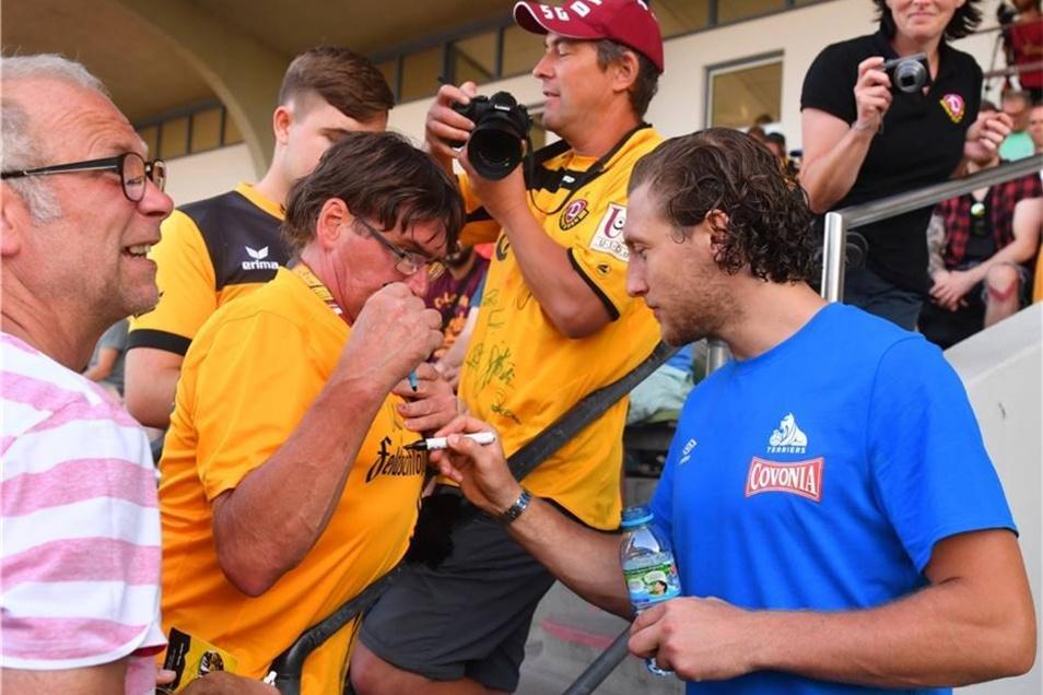 Michael Hefele gibt Dynamo-Fans Autogramme,