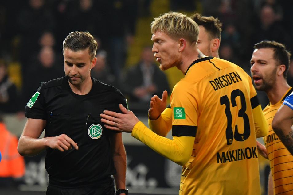 Simon Makienok stand bisher sechs Minuten auf dem Platz, dann sah er gegen Darmstadt Rot.
