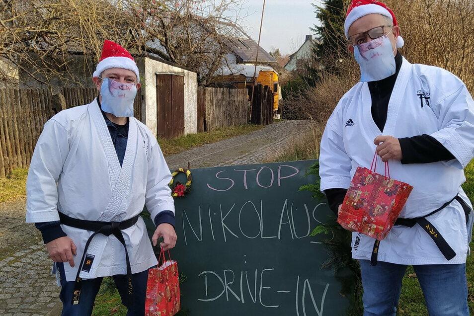 Jan Geppert (r.) und Jens Skarupski vom Tomogara-Vorstand ließen es sich nicht nehmen, ihre kleinen Mitglieder persönlich am Nikolaustag zu bescheren.