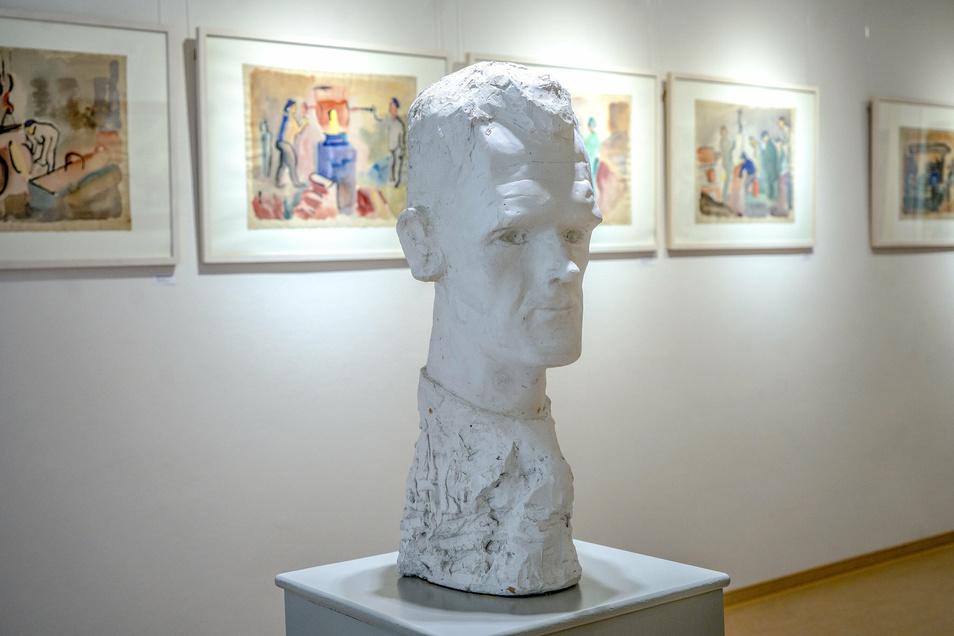 Die Plastik ist ein Werk Carl Lohses und zeigt den Künstler selbst. In diesem Jahr widmet ihm die Stadt anlässlich seines 125. Geburtstatages viele Veranstaltungen und Ausstellungen.