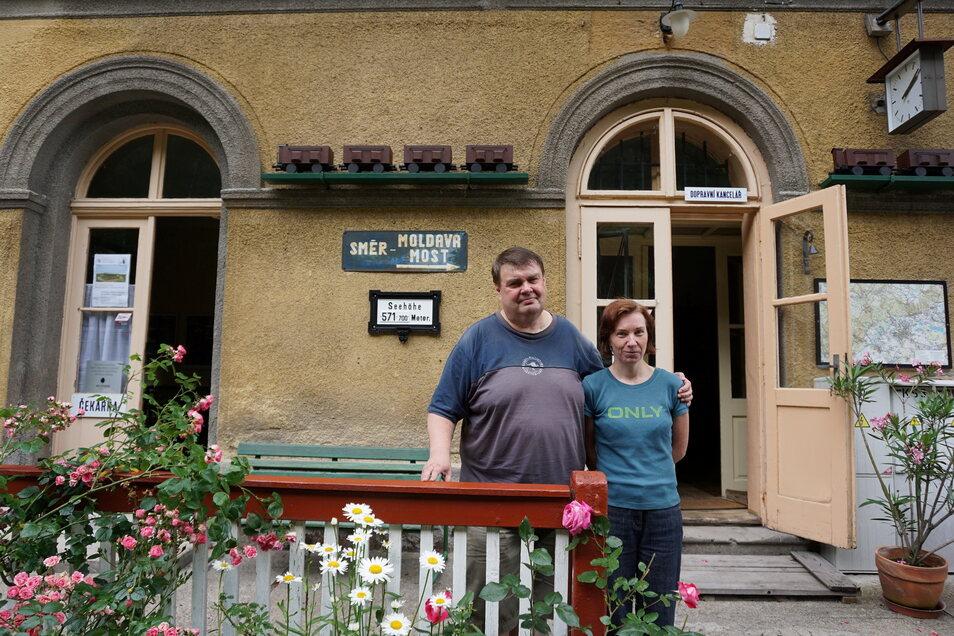 Ladislava und Karel Našinec haben den Bahnhof Dubí (Eichwald) mit viel Liebe in ein kleines Museum verwandelt. Führungen sind auf Nachfrage möglich.