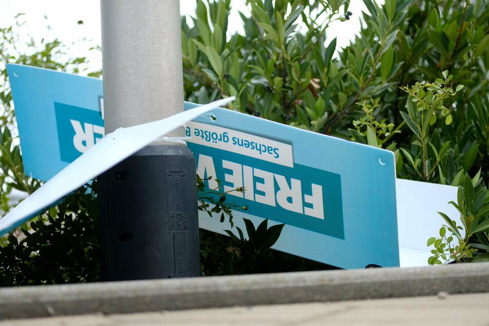 Bild mit Symbolcharakter: Ein Wahlplakat der Freien Wähler liegt zerzaust am Boden.