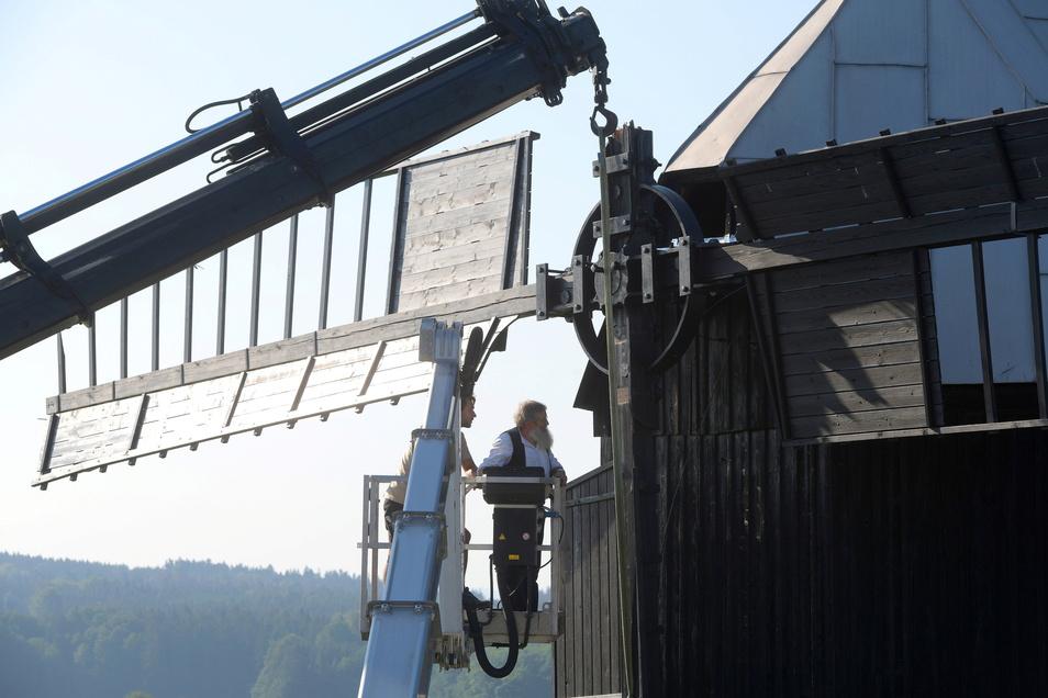 Zimmerermeister Hans-Georg Wendler demontierte am Freitag die restlichen Flügel der Kottmarsdorfer Bockwindmühle.