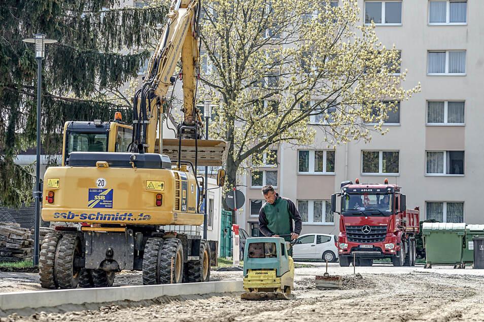 In der Albert-Schweitzer-Siedlung in Weigsdorf-Köblitz werden Straßen und Wege so umgestaltet, dass Barrieren – zum Beispiel Höhenunterschiede – verschwinden. Außerdem entstehen neue Plätze, die zu Treffpunkten werden sollen.