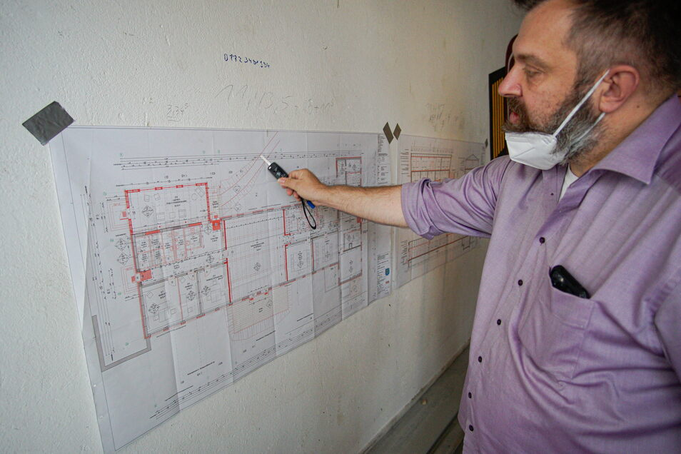 Robert Geburek zeigt am Bauplan, was im ersten Bauabschnitt schon alles erledigt wurde.