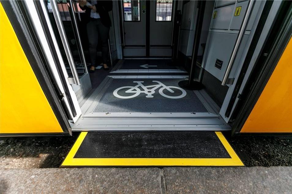 Für einen leichten und sicheren Ein- und Ausstieg haben die Fahrzeuge Schiebetritte erhalten.