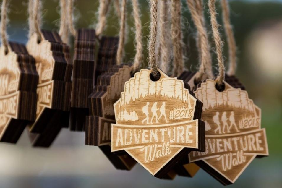 Finishermedaillen gibt es auch für Wanderer, stilecht aus Holz.