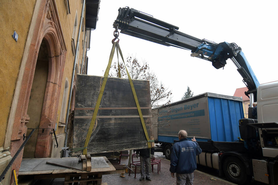 Nach zwei Tagen Maßarbeit hängt der sechs Tonnen schwere Tresor aus dem Rathaus am Haken. Die Bergung gestaltete sich schwieriger als gedacht.