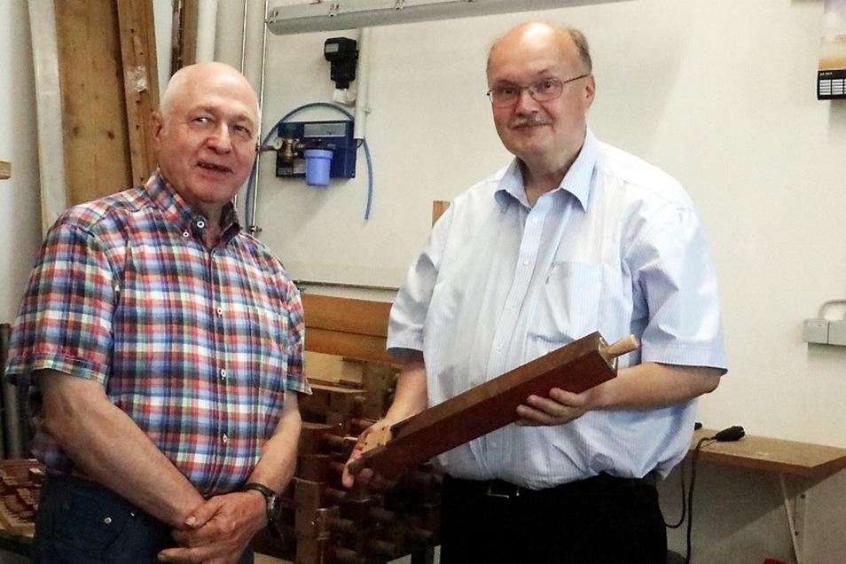 Jiři Kocourek, künstlerischer Leiter der Fachfirma, erläuterte jüngst Günter Wenk vom Gemeindekirchenrat der Evangelischen Gemeinde Lohsa, die Details der Restaurierung.