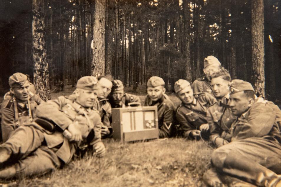 Führerreden begleiten die Ausbildung der Soldaten. Auf diesem Foto von 1939 marschiert Weises Kompanie bereits in Polen.