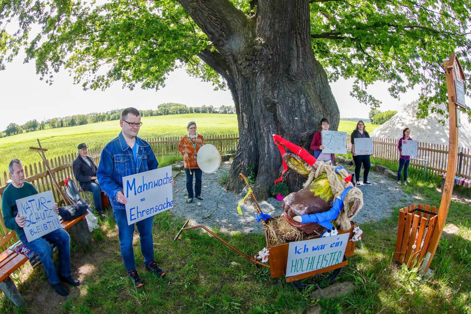 Mehr Achtung vor der Natur und für diesen Baum fordern acht Naturfreunde (eine Person nicht im Bild).