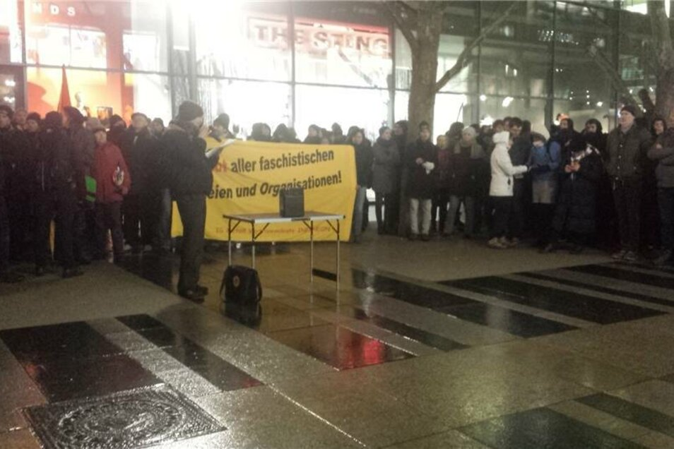 In Redebeiträgen wurde vor ausländerfeindlichen Tendenzen in der Stadt Dresden gewarnt. Anschließend zogen die Kundgebungsteilnehmer geschlossen zum Postplatz.