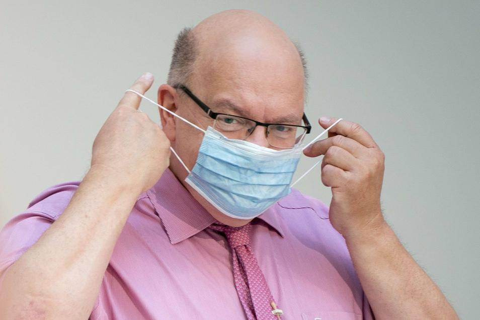 Peter Altmaier (CDU), Bundesminister für Wirtschaft und Energie,schlägt eine Lockerung der Maskenpflicht erst ab weniger als 100 Neuinfektionen in Deutschland an einem Tag vor.