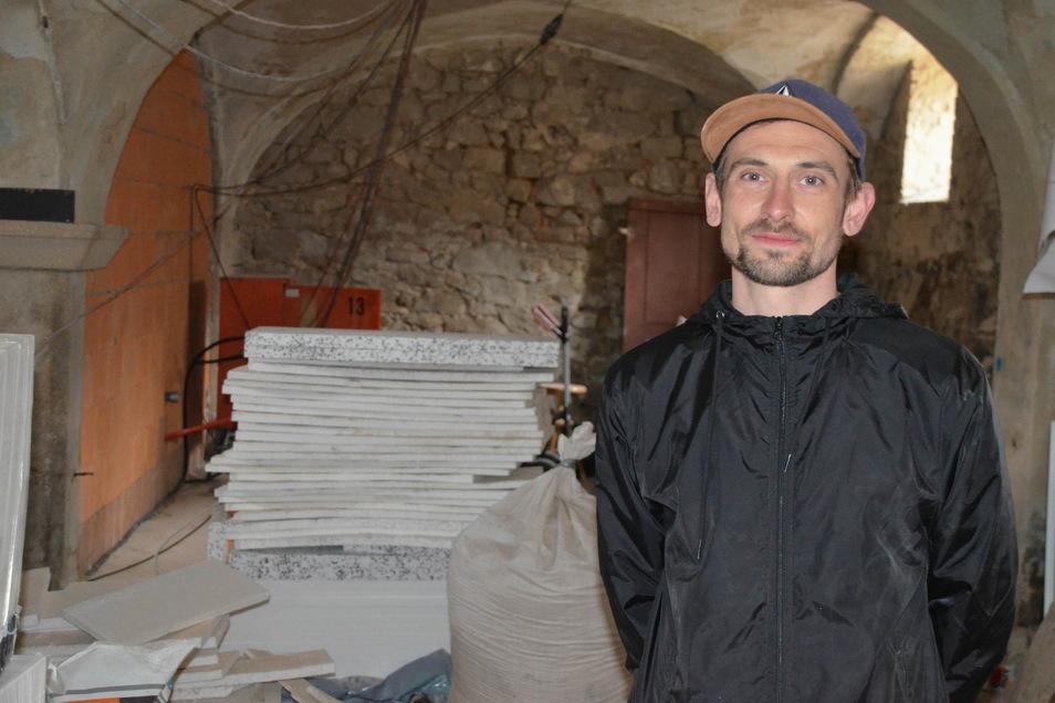 """Steve Tillmann-Gerlach will aus dem ehemaligen Stallgewölbe ein """"Kompetenzzentrum auf dem Land"""" errichten. Noch ist viel zu tun."""