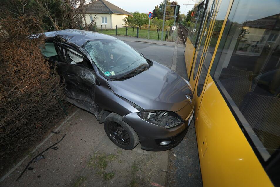 Am Bahnübergang Jaspisstraße in Coswig, kam sich am Freitagabend zu einem Unfall. Die Pkw-Fahrerin übersah offensichtlich eine in Richtung Weinböhla fahrende Straßenbahn der Linie 4.