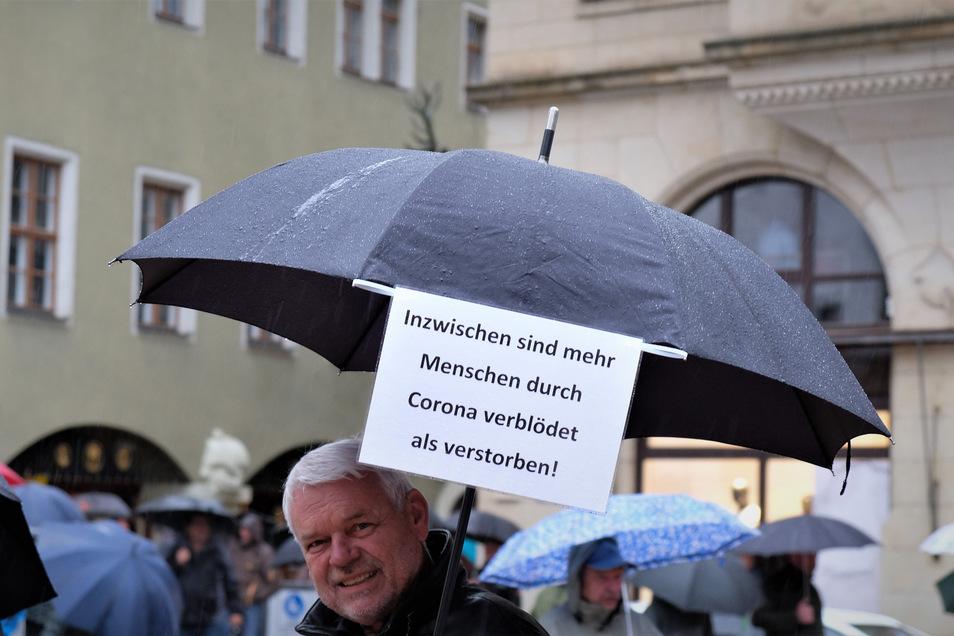 Handwerksmeister Dieter Vogt (AfD) aus Roitzschen zählte zu den wenigen Spaziergängern, die Parolen mitführten.
