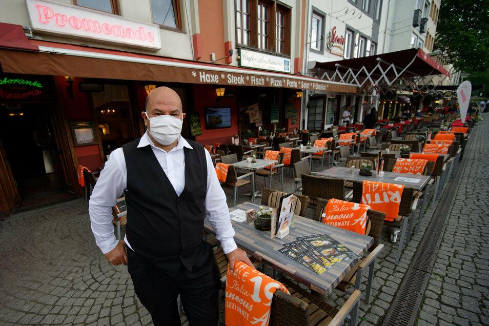 Müssen Kellner – wie auf diesem Symbolfoto vom Juni aus Köln – auch derzeit in Sachsen Maske tragen? Eine Information der Stadt legt das nahe. Das irritiert Wirte aus der Stadt.